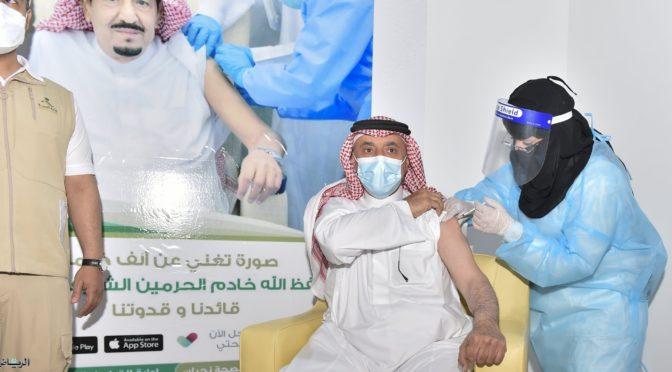 Губернатор провинции Наджран центр вакцинации откоронавируса в провинции и получил первую дозу вакцины