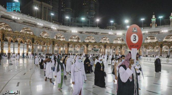 Паломники стекаются в мечеть аль-Харам для совершения прощального обхода вокруг Каабы