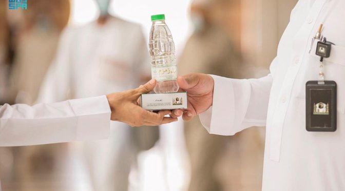 100 тыс. бутылок воды Зам-зама и 2 тыс. упаковок фиников ежедневно предоставляются в Мечети Пророка