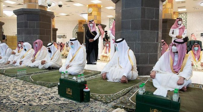 В мечети аль-Харам провели праздничную молитву