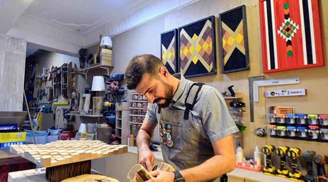 Саудийский юноша креативно преобразует древесные отходы в поделки и домашнюю мебель