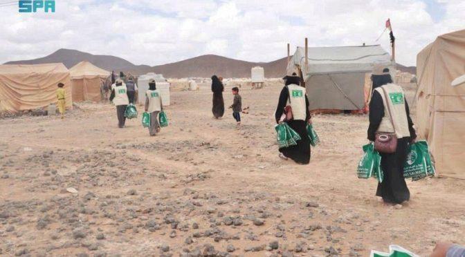 ЦСГД им. короля Салмана продолжает реализацию проекта по раздаче одежды перемещенным семьям в йеменской провинции Мариб